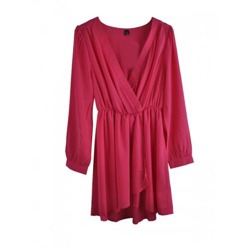 فستان قصير بحمالات متعامدة من الأمام
