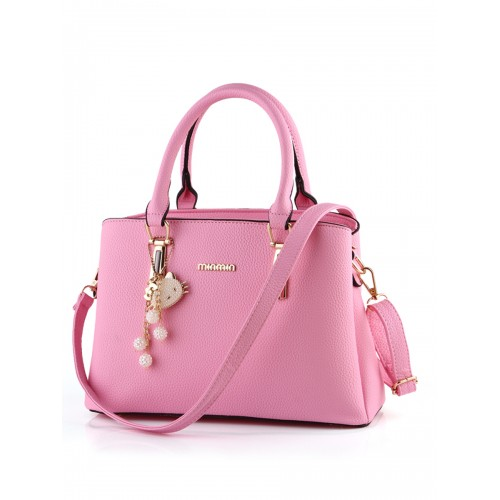 629443ca1afa1 حقائب يد نسائي حقيبة جميلة تصميم أنيق لون ساده مزيّنة بميدالية شكل قطّة  ملمّعة